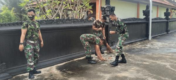 Ajendam XII/Tpr di Pimpin oleh Kaurpers Kapten Caj Qusthoni Bantu Masyarakat Membersihkan Pura Karya Bakti