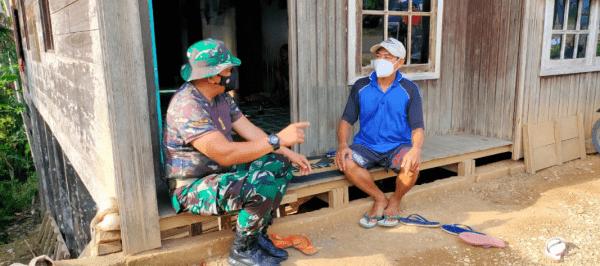 Anggota Satgas TMMD kodim 1013/Muara Teweh Komsos Dengan Warga Desa Karamuan.