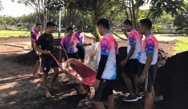 Anggota Ajendam XII/Tanjungpura Melaksanakan Pembangunan Gapura gerbang