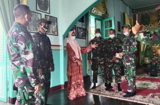 Babinsa Mempawah Hilir Dampingi Siswa Secaba Rindam XII / TPR Kunjungi Cagar Budaya