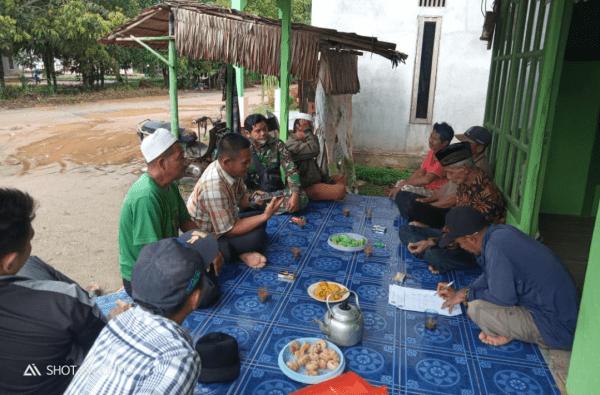 Dekatkan Diri dengan Masyarakat Binaan, Babinsa Sungai Kunyit Lakukan Komsos