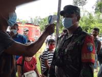 Babinsa Koramil Ngabang Jelaskan Pentingnya Cek Suhu Tubuh Saat Pandemi