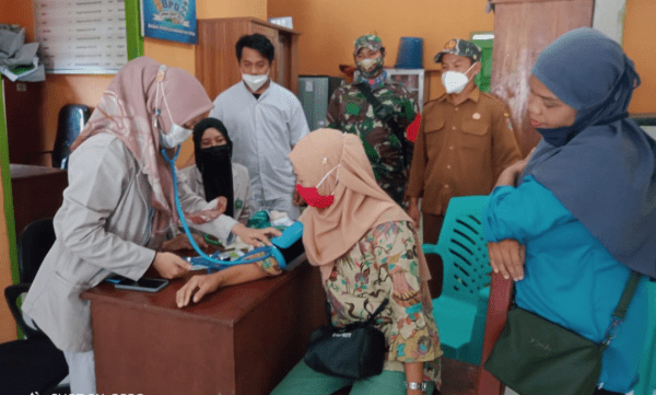 Peduli Kesehatan Masyarakat, Babinsa Sungai Kunyit Dampingi KKN Mahasiswa Poltekes Pontianak