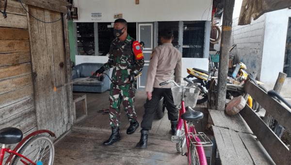 Babinsa Sungai Kunyit Lakukan Penyemprotan Disinfektan ke Pemukiman Warga