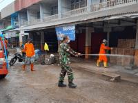 Minimalisir Penyebaran Covid-19 di Pasar, Koramil Sungai Kunyit Semprotkan Disinfektan