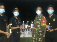 Patroli Rutin Satgas Pamtas Yonif Mekanis 643 Amankan Puluhan Botol Miras