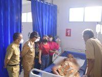 Bupati & Wakil Bupati Sintang Besuk Korban Kebakaran di RSUD Ade M. Djoen Sintang