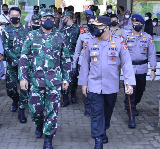 Panglima TNI dan Kapolri Tinjau Vaksinasi Massal di JIEXPO dan Pesantren Al-Hamidi Jakarta