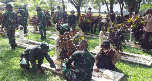 Peringati Hari Jadi Kodam XII/Tpr ke-63, Kodim Sambas Bersihkan Taman Makam Pahlawan