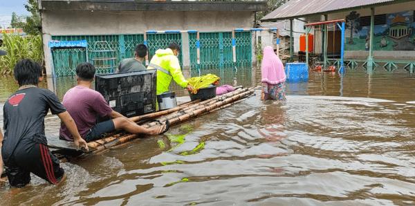 Banjir Dadakan Melanda, Kapolsek Anjongan Terjunkan Seluruh Personil