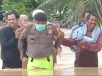 Viral,,,, Vidio IPDA Roberd Kapolsek Anjongan Gendong Lansia Diantara Banjir Melanda