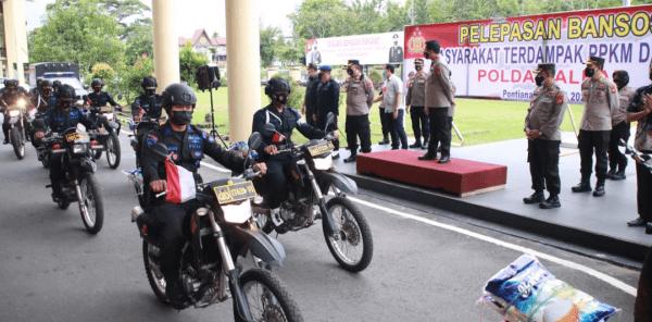 PPKM Darurat Di Kota Pontianak, Polda Kalbar Bagi Ribuan Paket Sembako Kepada Warga Terdampak Pemberlakuan PPKM Darurat
