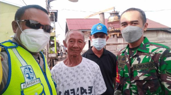 Kapolsek pontianak Timur Akp Prayitno dan Bhabinkamtibmas Salurkan Bansos Ke Warganya