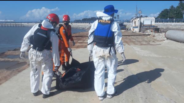 Evakuasi Temuan Satu Mayat Terlungkup Terapung Di Laut Ke Pelabuhan Kijing