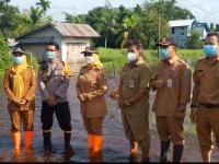 Danramil Mempawah Hilir Dampingi Bupati Tinjau Lokasi dan Berikan Bantuan Banjir