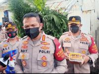 Polres Metro Jakarta Barat Membagikan Sembako dan Daging Kurban Siap Saji Pada Warga Kalijodo