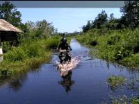 Ditengah Hari Raya Idil Adha Danramil Mempawah Hilir Terjang Banjir