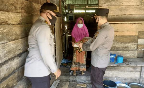 Kapolsek Pontianak Barat AKP Muslimin, S.H., Menyalurkan Bantuan Sosial  Kepada Masyarakat yang Terdampak PPKM