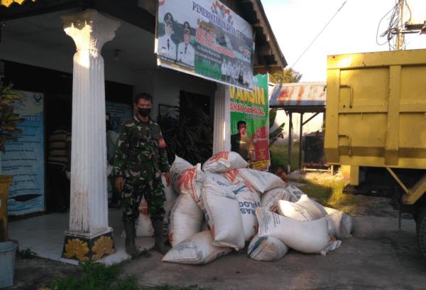 Babinsa Mempawah Hilir Kawal Langsung Bantuan Banjir