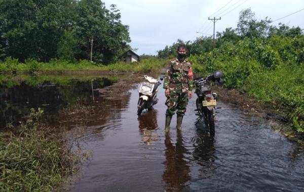 Babinsa Mempawah Hilir Cek Genangan Banjir