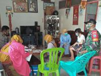 Babinsa Sungai Pinyuh, Dampingi Tim Tracer, Lakukan Test Swab dan Pengobatan Pasien Terinfeksi Covid-19