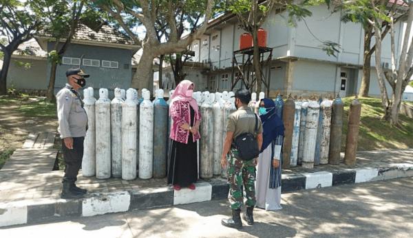 Bhabinkamtibmas Bersama TNI Cek Ketersediaan Tabung Gas Oksigen
