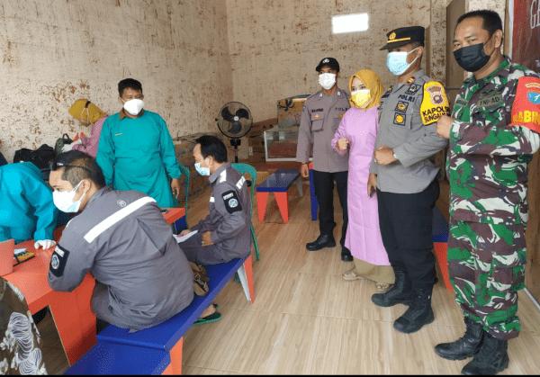Babinsa Amankan Kegiatan Vaksinasi di Desa Binaan