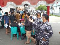 ANTUSIAS MASYARAKAT MARITIM PONTIANAK IKUTI SERBUAN VAKSINASI TNI AL YANG DI GELAR LANTAMAL XII DI PELABUHAN SHENG HIE HARI KE DUA