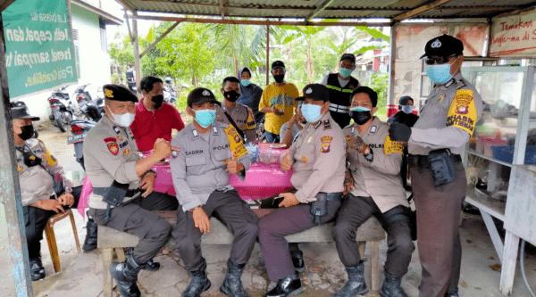 Anggota Polsek Pontianak Timur Beri Himbauan dan Pengamanan Vaksin di Kantor Kecamatan Pontianak Timur