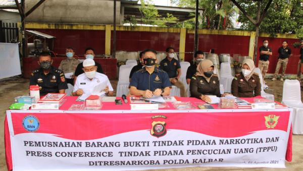 Polda Kalbar Amankan 5 Tersangka Penyelundupan Narkotika, Setelah Didalami Juga Terlibat Dalam Kasus Tindak Pidana Pencucian Uang
