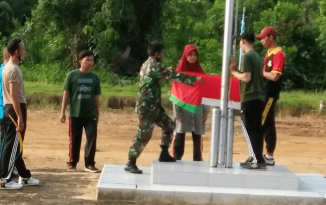 Sambut HUT Republik Indonesia Ke-76, Babinsa Mempawah Hilir Latih Paskibraka Tingkat Kecamatan