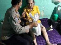 Polsek Palmerah Jakarta Barat Berikan Sembako Para Kaum Lansia Yang Telah Tervaksinasi