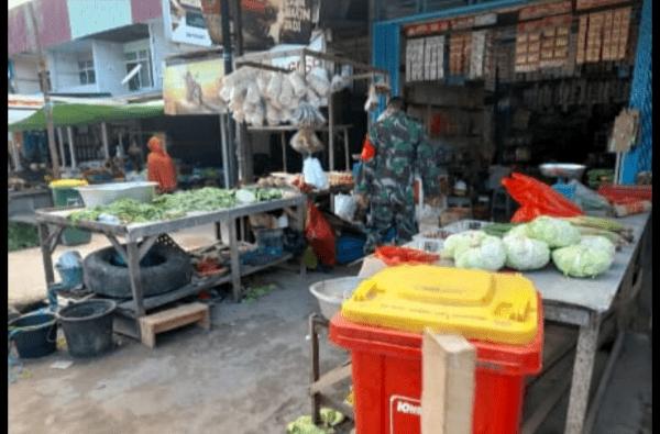 Pantau Pasar Tradisional, Babinsa Sungsi Kunyit Imbau Warga Binaan Patuhi Protokol Kesehatan