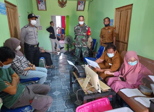 Babinsa koramil Sungai Kunyit bersama Bhabinkamtibmas awasi vaksin pada warga Binaan