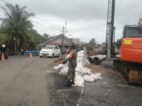 Perbaikan Jembatan, Anggota Koramil Mempawah Hilir Bantu Atur Lalu Lintas