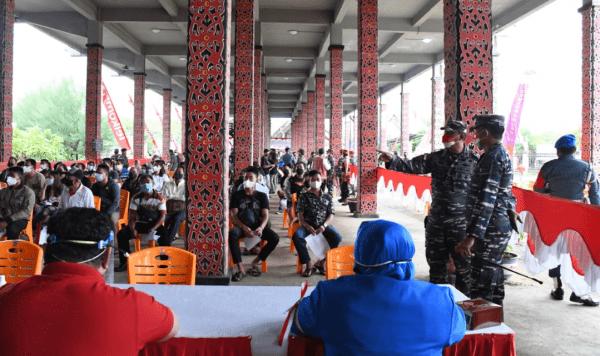 RUMAH RADAKNG KALIMANTAN BARAT TIDAK LUPUT DARI SERBUAN VAKSINASI MASSAL TNI AL LANTAMAL XII GUNA SONGSONG HUT KE 76 KEMERDEKAAN REPUBLIK INDONESIA