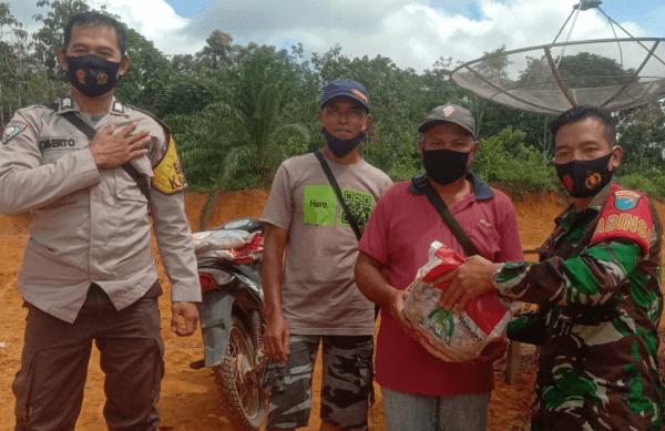 Penyaluran Bantuan Beras PKH Di Jaga Oleh Babinsa Dan Babinkamtibmas