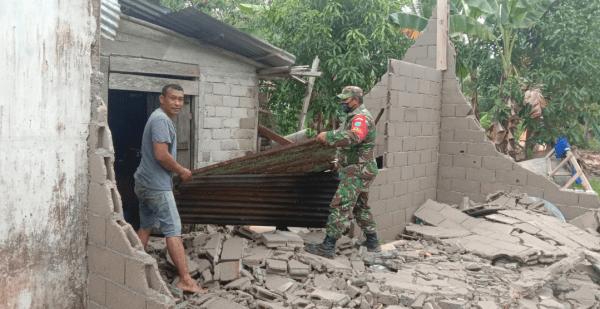 Gerak cepat, Babinsa Sungai Kunyit Bantu Rumah Warga yang Terkena Angin Puting Beliung