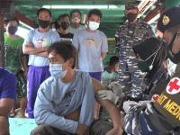 VAKSINATOR TNI AL LANTAMAL XII DATANGI KAPAL IKAN LAKSANAKAN VAKSINASI TERHADAP NELAYAN YANG PULANG MELAUT