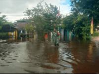 Banjir Merendam Pemukiman, Babinsa Mempawah Hilir Bantu Warga