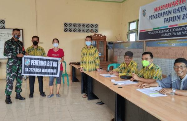 Babinsa Sengkubang Hadiri Penyerahan BLT-DD Keluarga Penerima Manfaat