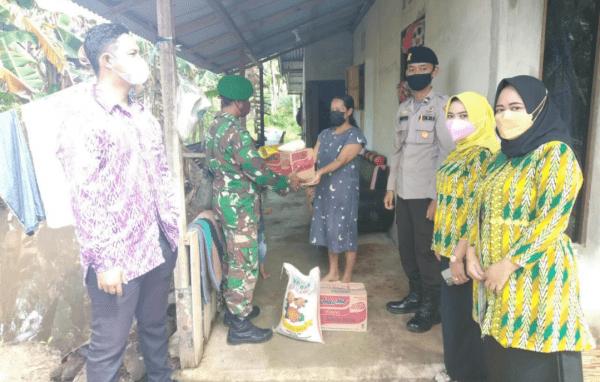 Tim Satgas Covid Kecamatan Mempawah Timur Bersama Babinsa Sei Bakau Kecil Serahkan Bantuan Sembako