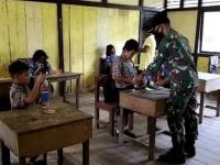 Tak Ingin Anak Perbatasan Tertinggal Pelajaran, Satgas Yonif 144/JY Bantu Mengajar