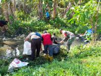 Tingkatkan Kebersihan Lingkungan, Babinsa Koramil Sugai Kunyit bersama Warga Bersihkan Parit