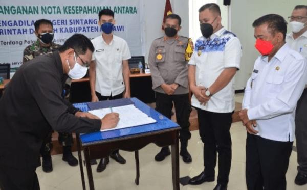Bupati Melawi dan Pengadilan Negeri Sintang Tanda Tangani MoU Pelayanan Admistrasi Pengadilan