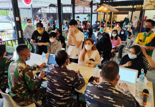 Tim Vaksinator TNI AL Lantamal XII Terus Dukung Vaksin Di Restoran Pondok Nelayan Hari ke 3 Karena Minat Masyarakat Yang Tinggi