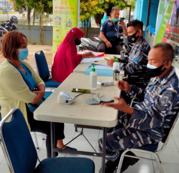 DISKES TNI AL LANTAMAL XII DISERBU WARGA MASYARAKAT KALIMANTAN BARAT GUNA MENDAPATKAN VAKSIN COVID-19