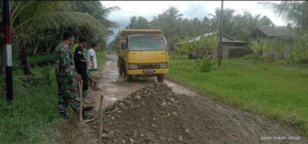 Aksi Babinsa Parit Banjar Bantu Warga Timbun Jalanan Berlubang