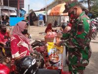 Satgas Patroli Komsos Bersama Penjual Jamu Keliling, Terdampak Pandemi Covid-19 Beri Bantuan Sembako