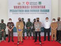Kapolda Kalbar Bersama Forkopimda Saksikan Pelaksanaan Vaksinasi Merdeka di Masjid Raya Mujahidin